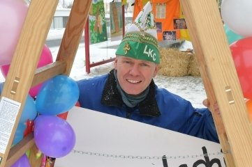 Präsident Helge Beuermann an der Bushaltestelle, in der nun Fasching gefeiert werden kann.