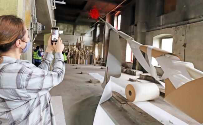 Einige Kunstwerke beziehen die Geschichte und Hinterlassenschaften der Buntpapierfabrik direkt mit ein.