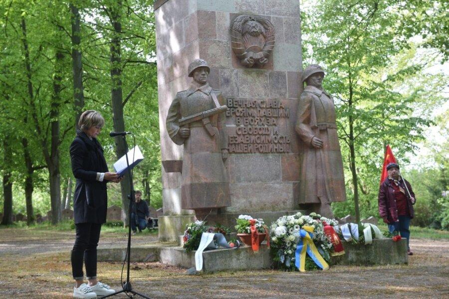 Oberbürgermeisterin Barbara Ludwig bei der Kranzniederlegung auf dem sowjetischen Soldatenfriedhof am Richterweg.