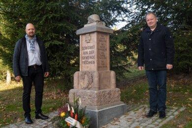 Marcel Todtermuschke (li.) und Uwe Redlich am restaurierten Denkmal.