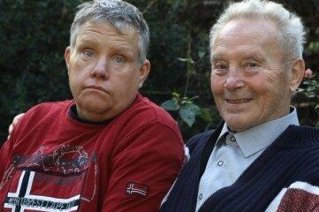 Wolfgang Rabe mit seinem behinderten Sohn Ralf.