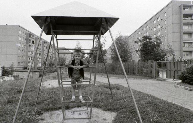 Sommer 1990, Spielplatz an der Robert-Koch-Straße in Oberlungwitz. Maurice ist drei Jahre alt.