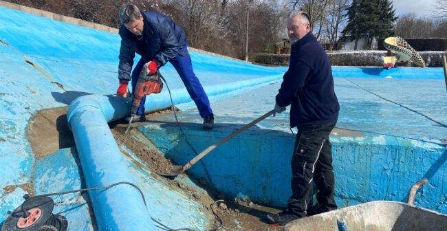 Bis zur Eröffnung des Bades sollen die Seitenwände und der Boden des Schwimmerbeckens betoniert sein. Am Wochenende waren deshalb Vereinschef Eric Prüstel (l.) und Mitstreiter Frank Naumann im Einsatz.