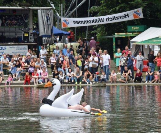 In Annaberg wurde zum achten Schutzteichfest eingeladen. Das sonntägliche Entenrennen über das Gewässer zählte zu den Höhepunkten. Im Schwan versuchte Matthias Bösl aus Niederbayern das Gewässer zu überqueren.