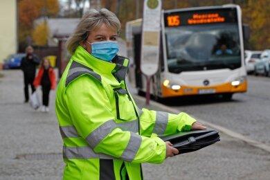 Steffi Horn vom Ordnungsamt des Landkreises begutachtet die Fahrgäste der Buslinie 105.