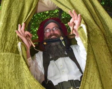 Der 42-jährige Frankenberger zieht mit einem sogenannten Reff-Theater durch die Lande. Die Bühne zieht er sich über den Kopf.