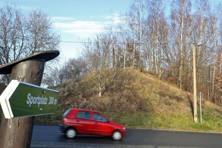 Die Brücke der Erzbahn ist Geschichte, nur der Damm ist geblieben. Der wird für den Radweg zur Straße hin zu einer Rampe abgesenkt.