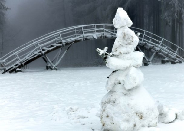 Am Skistadion nahe Sayda wartet ein einsamer Schneemann auf Wintersportler. Auch hier sind die Loipen nicht gespurt.