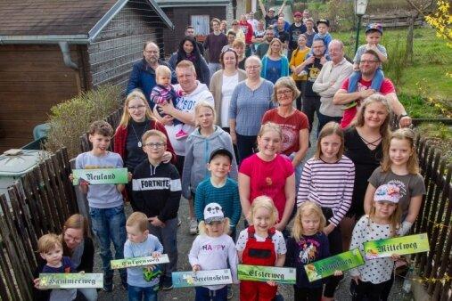 """Die Familie um die 90-jährige Ursula Haase, die beim Fototermin nicht dabei sein konnte, besteht aus 22 Familienmitgliedern, die insgesamt acht Gärten in der Kleingartenanlage """"Weißer Stein"""" bewirtschaften."""