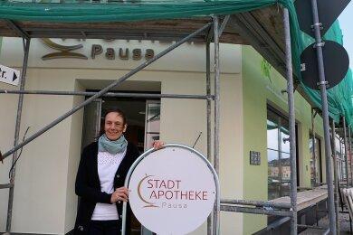 Apothekerin Doreen Feustel vor der neuen Pausaer Stadtapotheke. Zur Eröffnung am kommenden Montag soll das Gerüst weg sein.