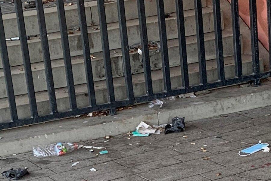 Müll, Kippen - so sieht es vor den Toiletten oft aus.