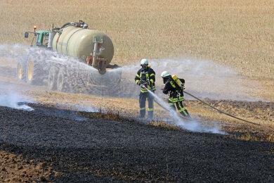 Feuerwehren und Landwirte arbeiteten bei den Löscharbeiten Hand in Hand.