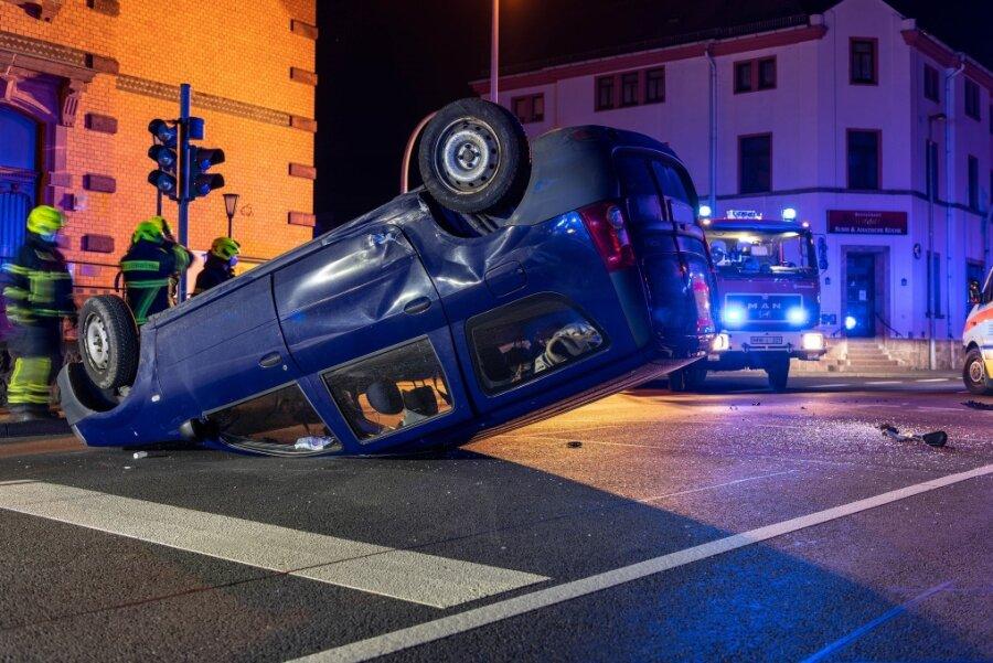 Auto überschlägt sich in Rochlitzer Stadtzentrum