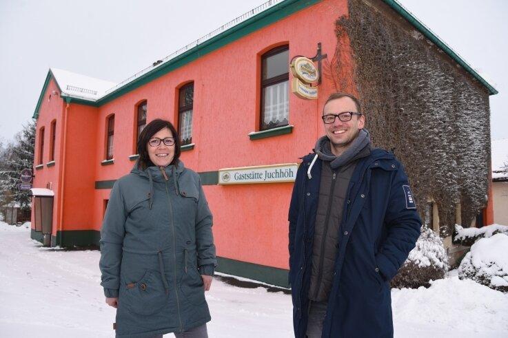 Eva Quitzow (links) und Daniel Ufer sind die neuen Betreiber der Gaststätte Juchhöh. Sie haben das Wirtshaus von Ilona und Peter Jahnsmüller gekauft, die sich im Dezember nach 30 Jahren in den Ruhestand verabschiedet hatten.