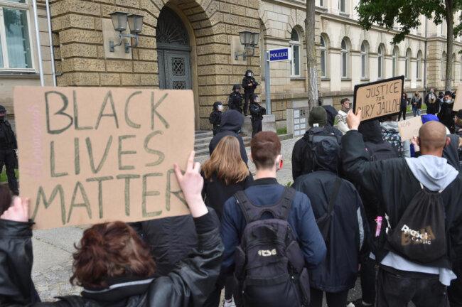 In Chemnitz versammelten sich insgesamt rund 1500 Demonstranten. Sie stoppten auch vor dem Polizeipräsidium - das war seitens der Organisatoren nicht angemeldet worden.