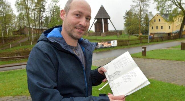 Robert Landgraf hat ein Büchlein mit Gedichten herausgegeben, die alle 22 Welterbestandorte des Erzgebirges umfassen. Auf 74 Seiten unternimmt er mit den Lesern einen Ausflug in 800 Jahre Bergbau- und Kulturgeschichte - und dies in Versform.