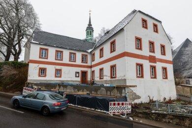 """Zur Sanierung des Museums """"In der alten Dorfschule"""" in Wiederau ruhen derzeit noch die Arbeiten. In der nächsten Woche soll das Projekt fortgesetzt werden und die neue Stützmauer weiter verkleidet werden."""