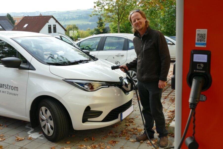 In der Nähe seines Hauses kann Niels Sigmund sein E-Auto an mehreren öffentlichen Ladesäulen betanken. Meistens nutzt er jedoch Solarstrom vom eigenen Dach.
