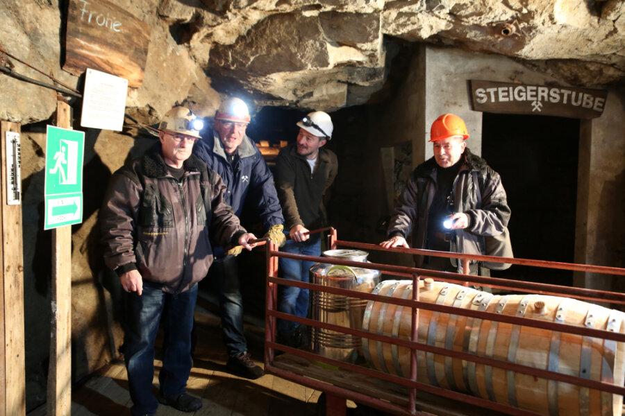 Bergwerksleiter Wolfgang Zais, Ulrich Viertel und Bernd Rossius (von links) schafften die Whiskyfässer ins Bergwerk.