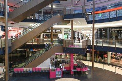 Die Stühle im Eiscafé in der Galerie Roter Turm sind hochgestellt, die meisten Läden geschlossen.