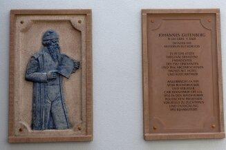 Die zwei Tafeln hängen nun an einer Fassade in Zwönitz.