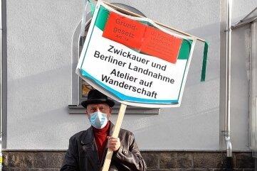 Der Künstler Walter Grimbs protestiert vor dem Haribo-Werk gegen die Schließungspläne.