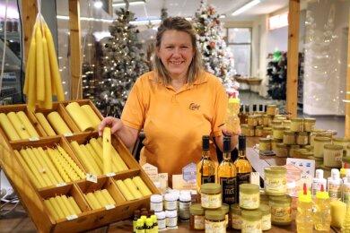 Antje Lange, Imkerin aus Waldenburg, berät mit Fachwissen Kunden an ihrem Verkaufsstand in Glauchau. Unter anderem auch, welche Honigsorte sich für Diabetiker zum Verzehr eignet.