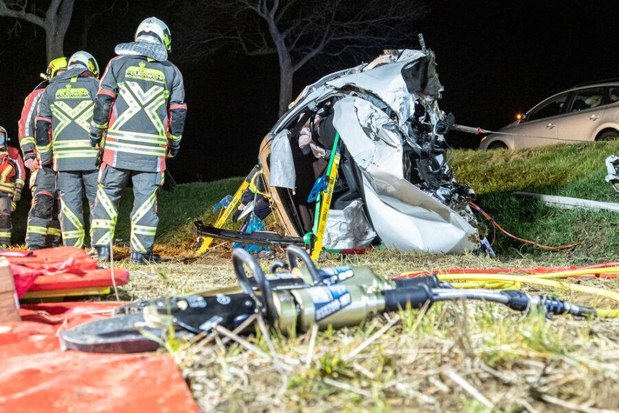 Ein Schwerverletzter und ein Trümmerfeld nach Kollision mit Baum