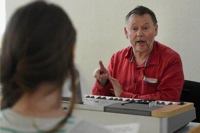 Werner Haas wird den neuen Chor in Limbach-Oberfrohna leiten und mit den jungen Sängern üben.