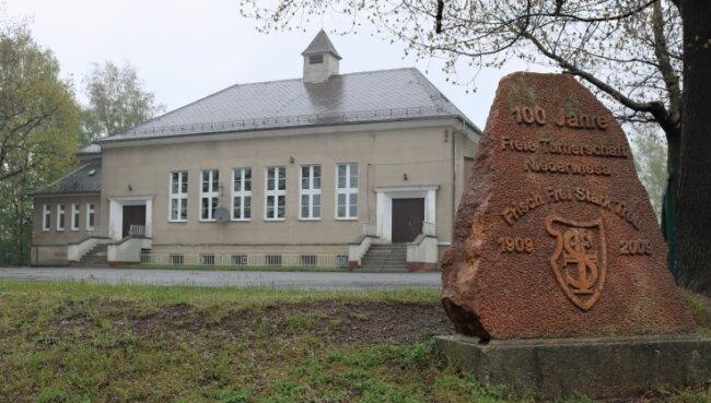 Um den geplanten Neubau einer Schulsporthalle wird in Niederwiesa seit weit mehr als einem Jahrzehnt diskutiert. Wann die Baumaschinen anrollen, bleibt unklar.