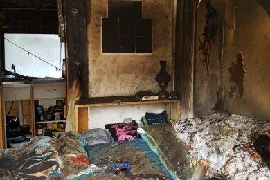 Der ausgebrannte und verrußte Bungalow, nachdem das Feuer gewütet hat.