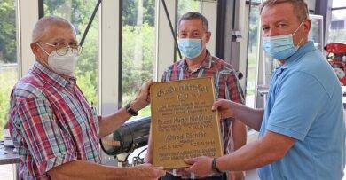 Der Vorsitzende Bernd Czekalla erhält die Ehrentafel.