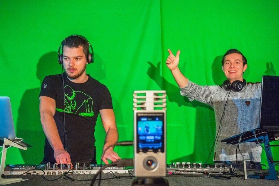 DJ Adrian Wild (links) und DJ Paul Heil beim Burgstädter Musikprojekt Original Remixed. Es will Künstlern eine virtuelle Bühne für ihre Auftritte geben, damit Zuschauer zu Hause Kultur erleben können.