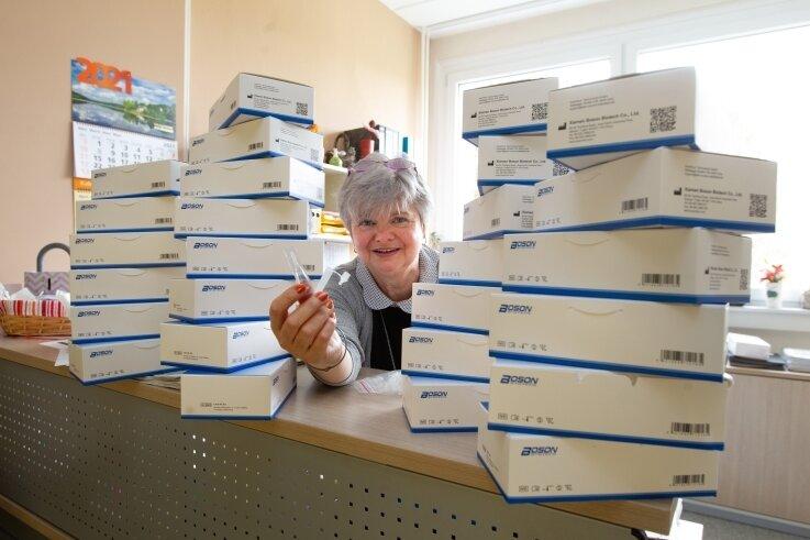 840 Selbsttests nahm Schulleiterin Simone Heilmann am Freitagmittag in der Plauener Hufeland-Schule entgegen.