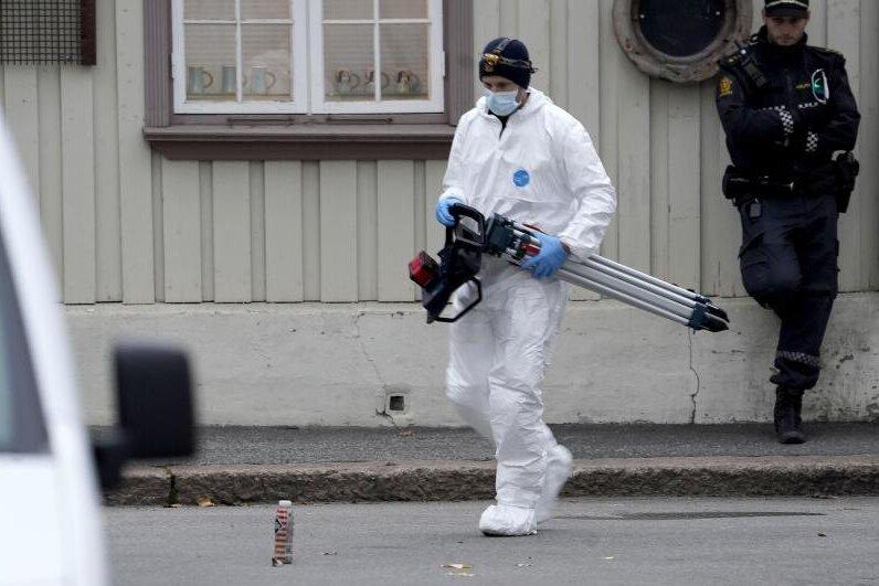 Ein Ermittler der Spurensicherung verlässt ein Gebäude, dass nach der Gewalttat durch einen Polizisten gesichert wird.