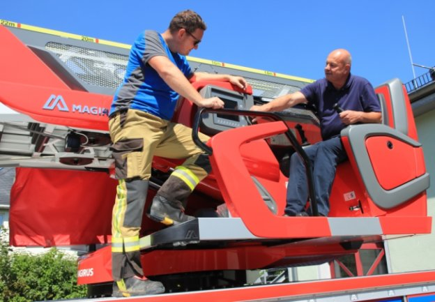 Alles wieder tipptopp: Ronny Große (links) und Christian Kirsch und die weiteren Lengenfelder Feuerwehrleute können sich nun wieder darauf verlassen, dass die Drehleiter zuverlässig funktioniert.