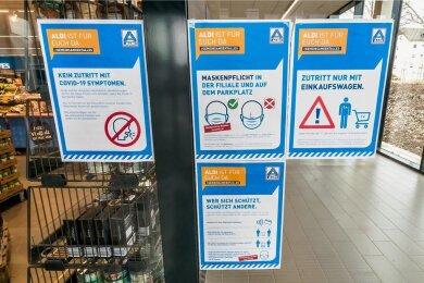Wie hier bei Aldi in Marienberg weisen alle getesteten Märkte am Eingang auf die geltenden Regeln hin.