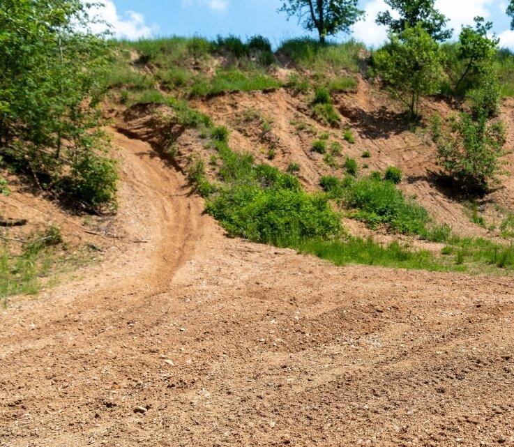 Reifenspuren in der Sandgrube Hartha lassen darauf schließen, dass diese von Geländemotorradfahrern zum Üben benutzt wird.