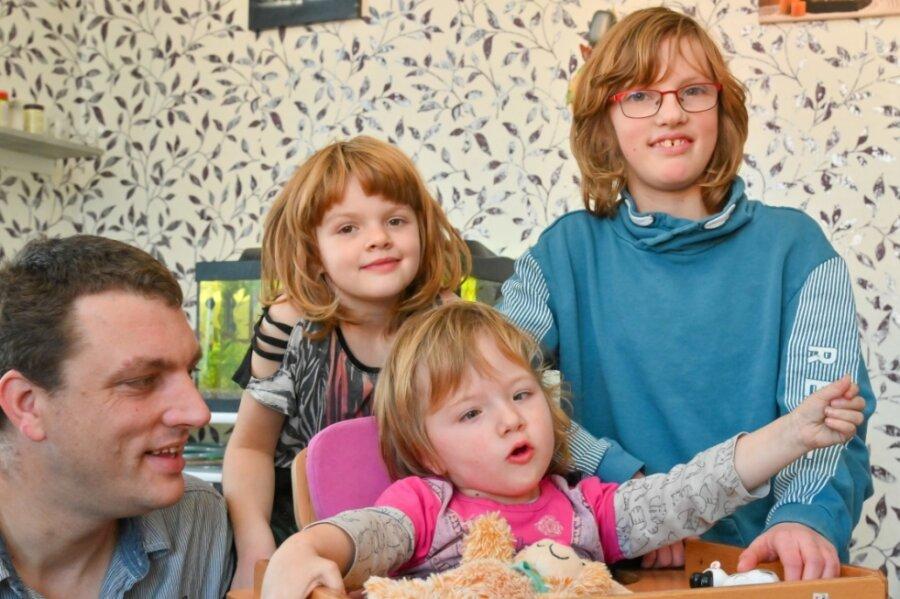 Vier Günthels freuen sich schon auf Weihnachten - und auf ihr neues Auto. Damit kann der alleinerziehende Vater Nico Günthel seine dreijährige Tochter Mia (vorn) zu ihren Untersuchungen nach Leipzig fahren. Oder er packt ihre Schwestern Lea (rechts) und Michelle auch noch ein und sie machen zusammen einen Ausflug.