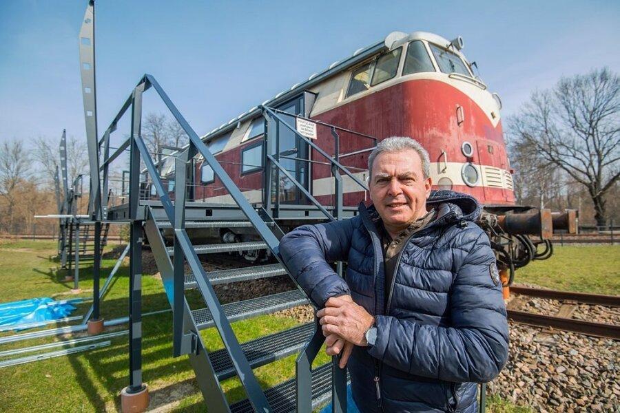 Sven Schürer vor der Diesellok V 180, in die er drei Hotelzimmer für Eisenbahnfans einrichtet.