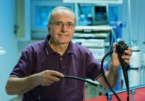 Dr. Heptner mit dem Untersuchungsgerät, dem Koloskop.