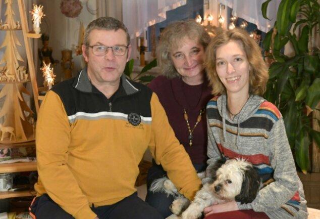 Sandra Hauptmann (r.) mit ihren Eltern Corina und Jochen Hauptmann im elterlichen Haus in Niederschöna. Hund Jack ist immer dabei.
