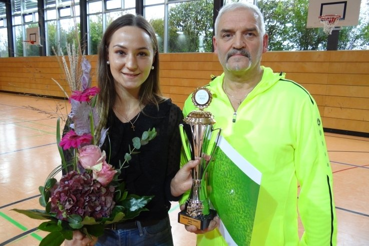 Gina Spranger und Heimtrainer Frank Süß kürzlich bei der Ehrung als Zweitplatzierte bei der Wahl der Vogtlandsportler des Jahres 2019. Inzwischen kann die Leubnitzerin von Olympia 2021 in Tokio träumen.