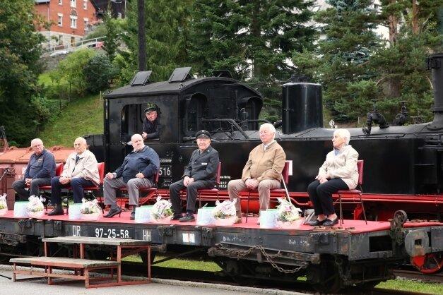 Heizer Egon Otto, Lokführer Dieter Meier, die Busfahrer Dieter Enderlein und Manfred Escher, Fahrdienstleiter Friedhold Seidel und Kartenverkäuferin Christa Ullmann (v. l.) wurden beim Bahnhofsfest geehrt.