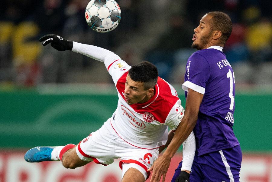 Düsseldorfs Alfredo Morales und Aues Louis Samsons kämpfen um den Ball.