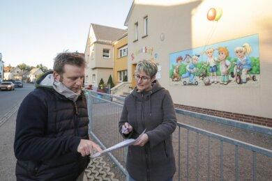 Stadtelternratsvorsitzender Christian Wobst und Nicole Rosenkranz, Mutter eines Schulanfängers, vor der Kita Krümelkiste in Pleißa. Beide haben eine Unterschriftenaktion gestartet, mit der Landrat aufgefordert wird, die Entscheidung zu Einschulungstests in Zwickau für Kinder aus Limbach-Oberfrohna zurückzunehmen.