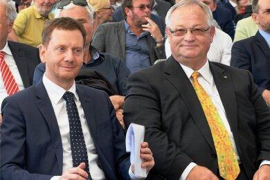 Bürgermeister Thomas Firmenich (r.) muss sich nach dem Willen des Stadtrates nicht mit Forderungen nach Coronalockerungen an Sachsens Ministerpräsident Michael Kretschmer (l.) wenden. Hier beide 2019 auf der Landesgartenschau in Frankenberg.