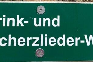 Schilder mit lustigen Weisen findet man auf Touren durch Niederwiesa.