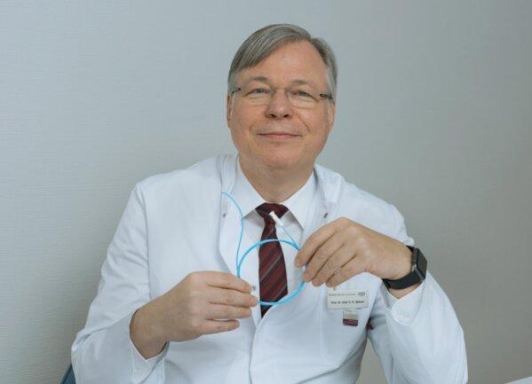 Professor Stefan Spitzer mit einem mit Herzkatheter.