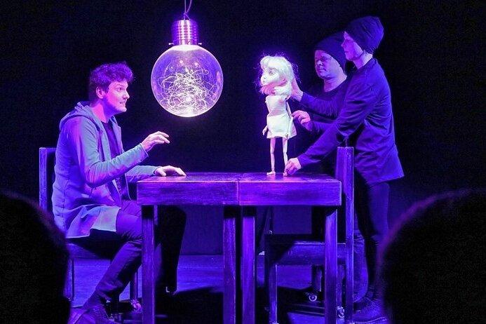 """In einer Mischung aus Puppen- und Schauspiel wird das Thema """"Terror im Netz"""" in Zwickau spannend auf die Bühne gebracht."""